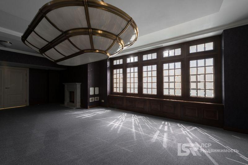 «ЛСР» представила к продаже два элитных особняка в Петербурге