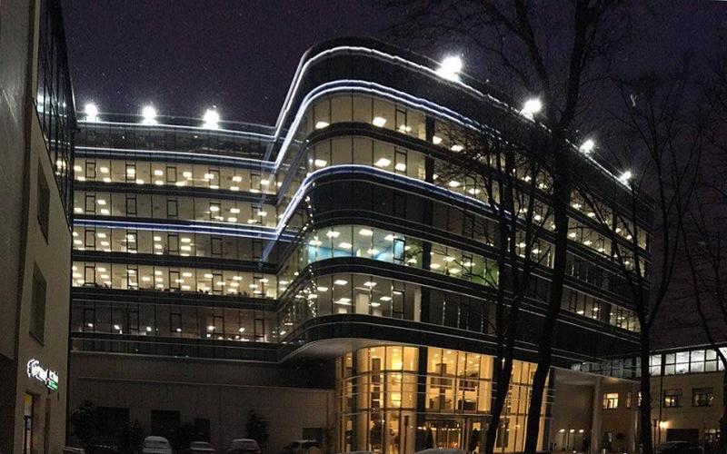Во дворе на Чапаева, 15 над паркингом построили бизнес-центр сети «Сенатор»