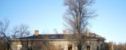 Руины домиков в Лахте который раз пытаются продать под ТРК