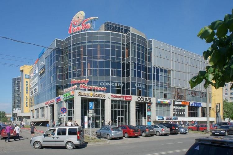 Около метро «Кировский завод», вплотную к ТК «Румба», «втиснут» спорткомплекс
