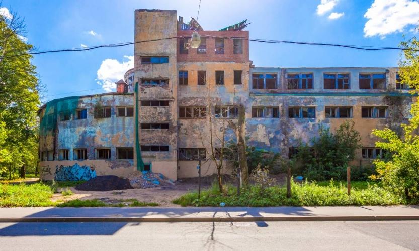 Разрушающемуся зданию бани «Гигант» в Кировском районе снова попытаются найти хозяина