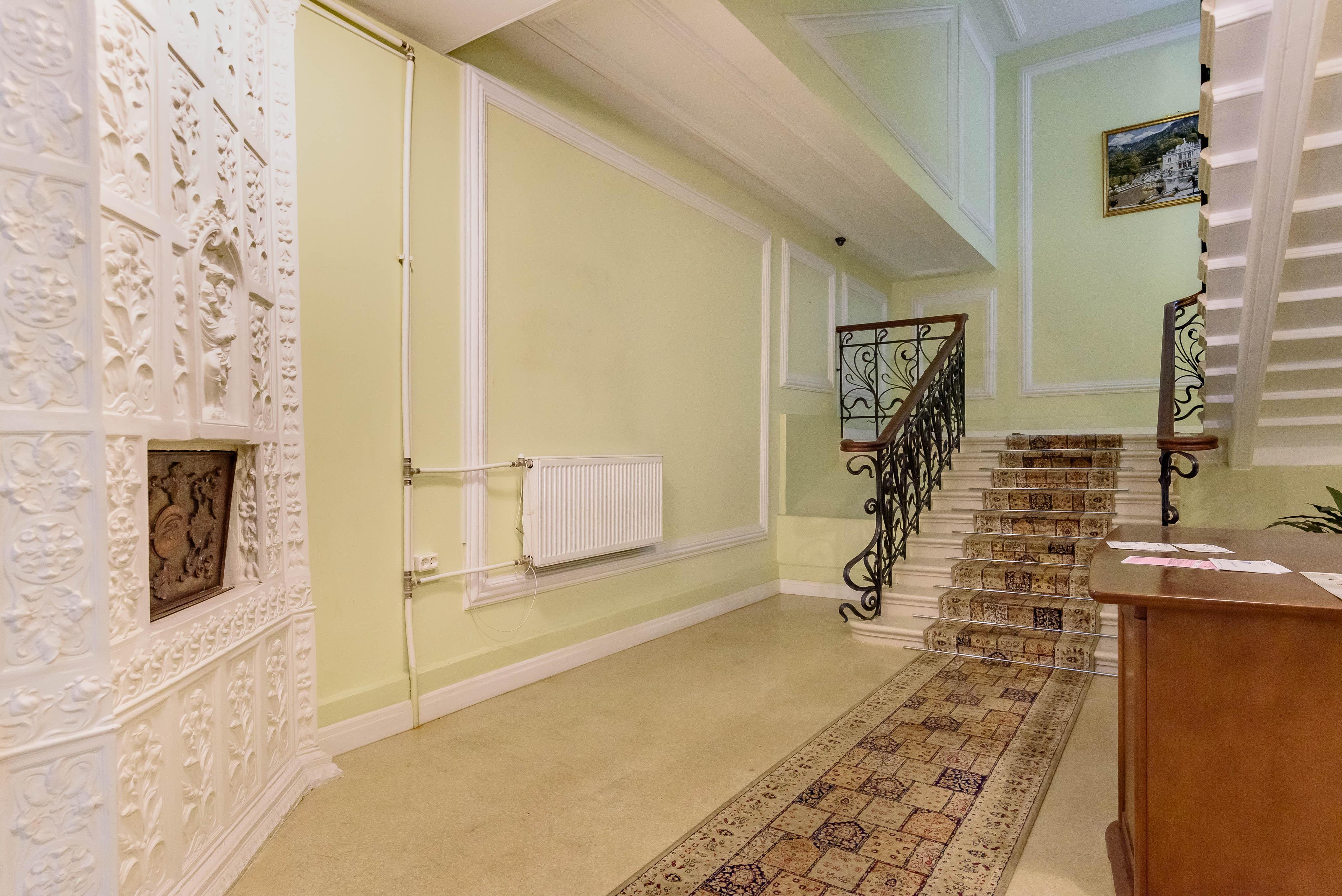 Квадратные мэтры: особняк на «Чернышевской» с печами, кариатидами и совой в холле