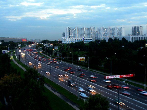 При взгляде на карту Москвы становится понятно, что подобная трасса есть - это Варшавское шоссе.
